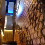 3D стена. Соты выполнены из МДФ и шпон дуба