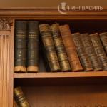 Открытые шкафы под книги